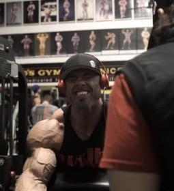 Bizepstraining von Frank Wrath McGrath vor Bodybuilding Meisterschaft